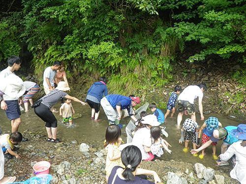 県立国見の森公園プログラム 川魚のつかみ取り大会